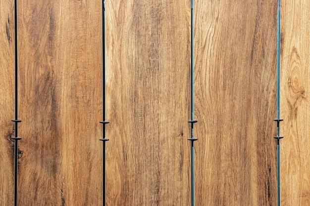 Face au bâtiment avec une façade ventilée. texture bois, motif bois marron. fond de gros plan.