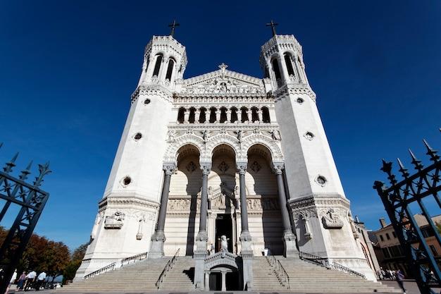 Face de la cathédrale de lyon et ciel bleu
