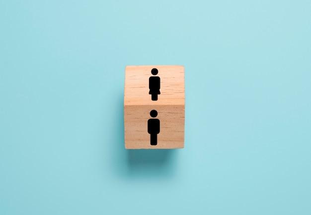 En face de l'icône homme et femme sur le cube de bloc en bois. homme et femme, pensée et comportement très différents.