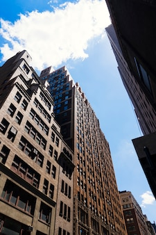 En face d'immeubles de grande hauteur vue en perspective