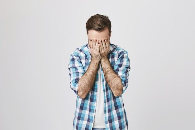 Facepalm mâle d'âge moyen en détresse et fatigué
