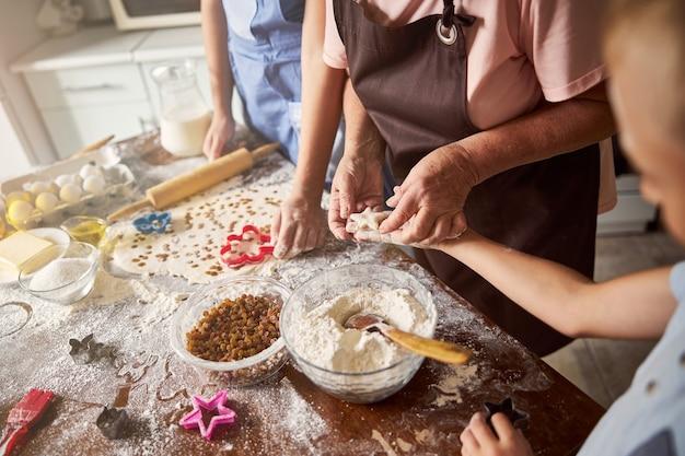 Façonner des cookies avec des membres de la famille est amusant