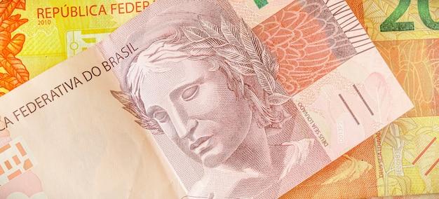 Une facture d'argent du brésil qui est le real brésilien en macrophotographie