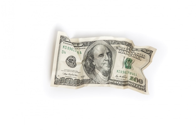 Une facture chiffonnée de cent dollars sur fond blanc est isolée.