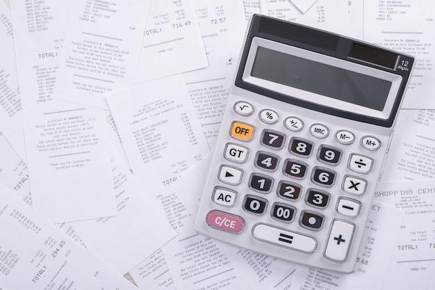 Facture de services publics et calculatrice avec crayon.analyse des données financières.