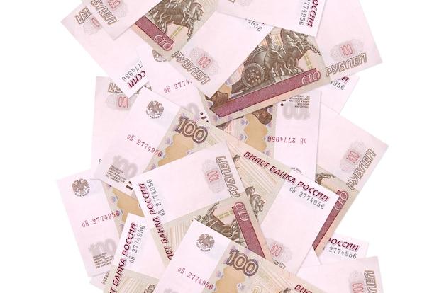 Factures de 100 roubles russes volant vers le bas isolé sur blanc. de nombreux billets tombant avec espace copie blanche sur le côté gauche et droit