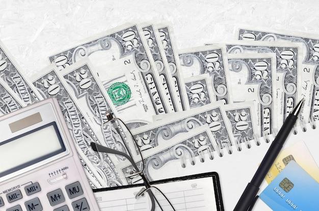 Factures de 20 dollars américains et calculatrice avec lunettes et stylo
