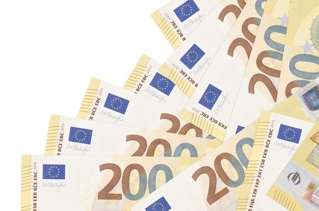 Les factures de 200 euros se trouvent dans un ordre différent isolé sur blanc. banque locale ou concept de fabrication d'argent.