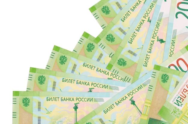 Les factures de 200 roubles russes se trouvent dans un ordre différent isolé sur blanc. banque locale ou concept de fabrication d'argent.