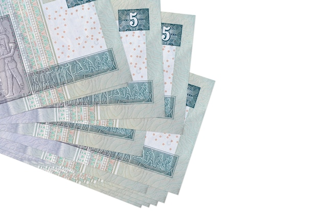 Les factures de 5 livres égyptiennes se trouvent en petit groupe ou pack isolé sur blanc. concept d'entreprise et d'échange de devises