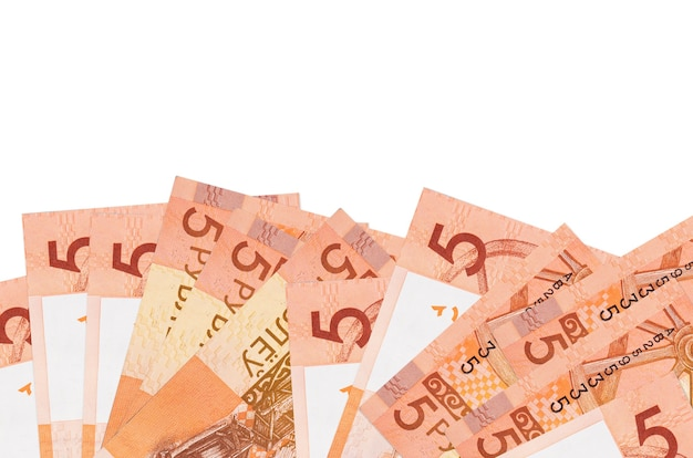 Factures de 5 roubles biélorusses se trouve sur le côté inférieur de l'écran isolé sur fond blanc avec copie espace