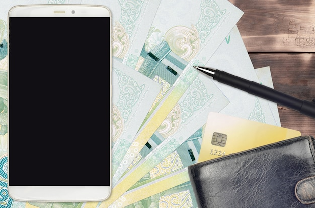 Factures de baht thaïlandais et smartphone avec sac à main et carte de crédit