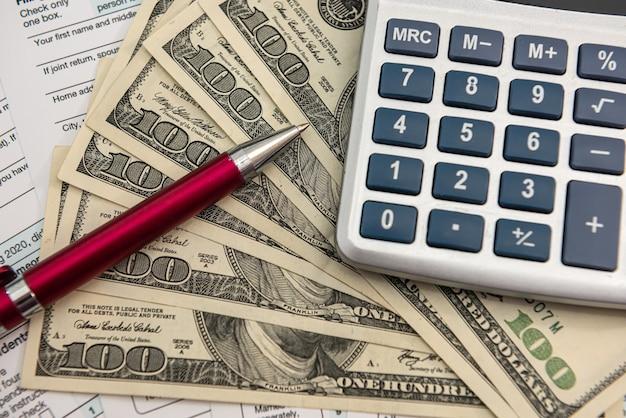 Factures en dollars américains et calculatrice, investissement ou concept d'épargne