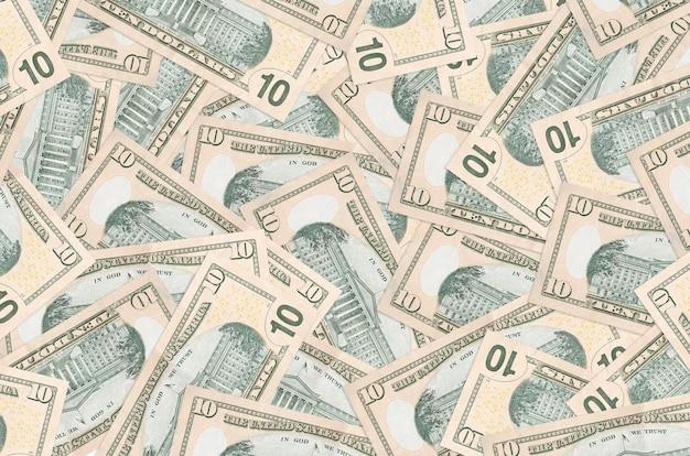 Les factures en dollars américains se trouvent dans de gros tas de vie riche en arrière-plan conceptuel