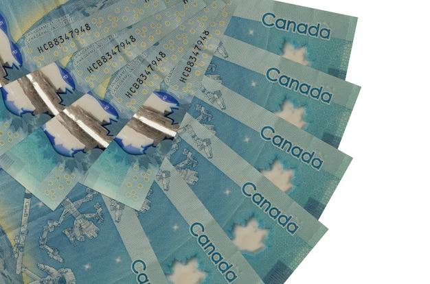 Les factures de dollars canadiens se trouvent isolés sur blanc