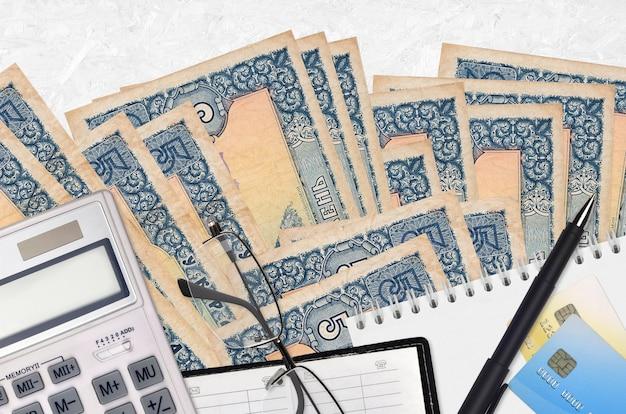 Factures De Hryvnias Ukrainiennes Et Calculatrice Avec Lunettes Et Stylo Photo Premium