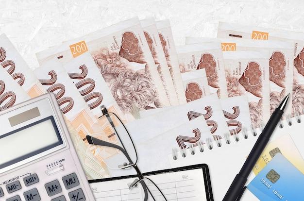 Factures korun tchèque et calculatrice avec lunettes et stylo