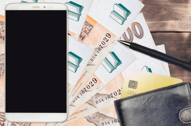 Factures korun tchèque et smartphone avec sac à main et carte de crédit