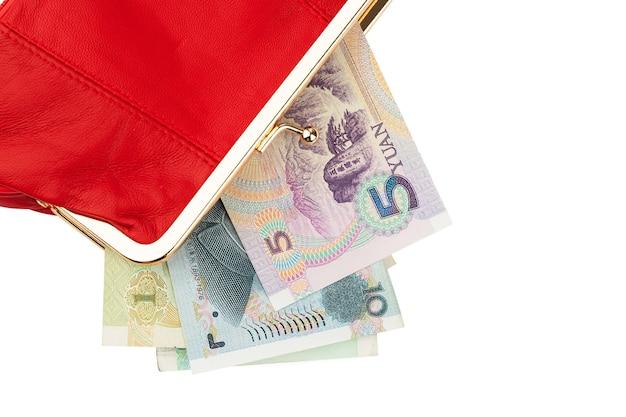 Les factures de papier monnaie dans un portefeuille en cuir rouge isoler sur fond blanc
