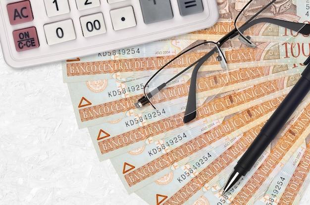 Factures de peso dominicain sur fond blanc