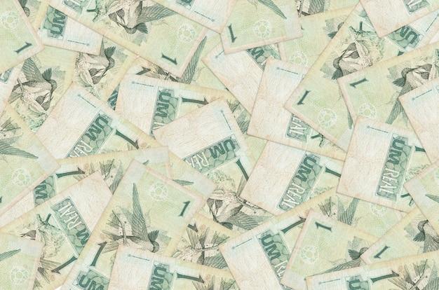 Les factures de real brésilien se trouvent dans de gros tas isolés