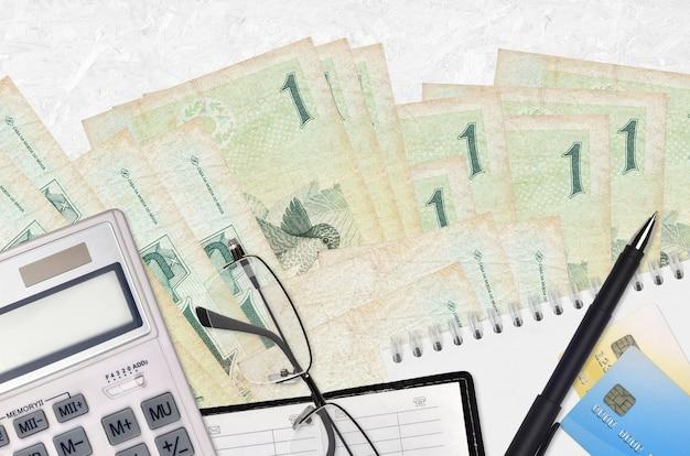 Factures réalistes brésiliens et calculatrice avec lunettes et stylo