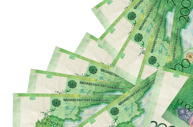 Les factures de tenge kazakh de 2000 se trouvent dans un ordre différent isolé sur blanc. banque locale ou concept de fabrication d'argent.