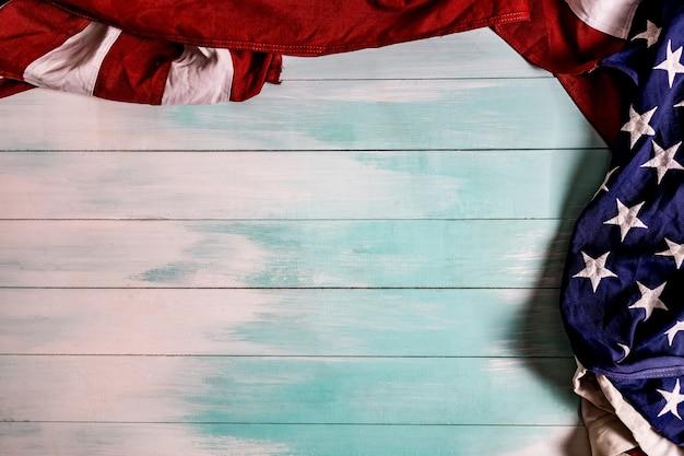 Fag des états-unis d'amérique sur un fond en bois bleu avec espace de copie
