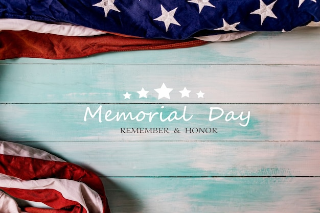 Fag des états-unis sur un fond en bois bleu avec le texte du memorial day, du souvenir et de l'honneur