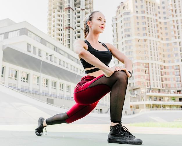 Faible angle de femme faisant de l'exercice