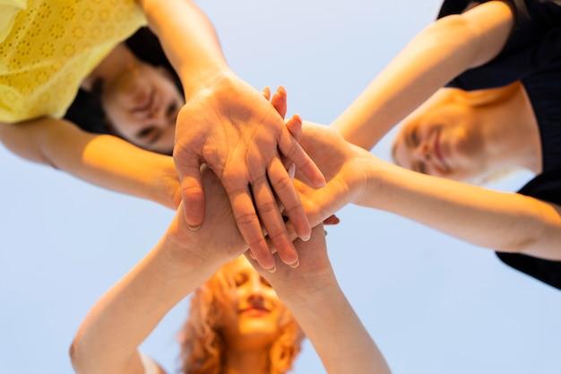 Faible angle de filles se tenant la main