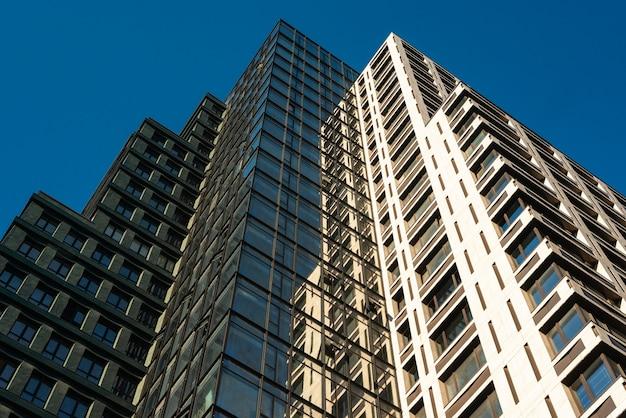 Faible angle de l'immeuble de bureaux dans la ville