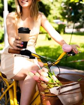 Faible angle, jeune femme, vélo