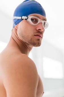 Faible angle, jeune homme, à, lunettes protectrices