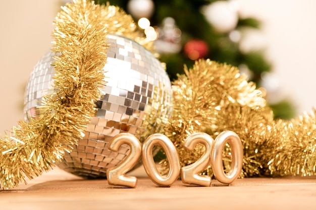 Faible angle nouvel an 2020 signe doré