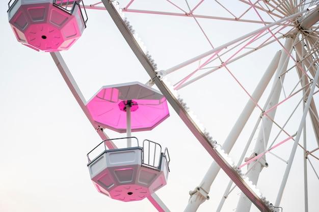 Faible angle de roue de parc d'attractions