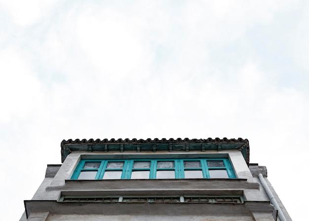 Faible angle de structure en béton dans la ville avec espace copie