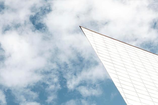 Faible angle de la structure de la ville avec ciel
