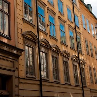 Faible angle de vue d'un bâtiment, gamla stan, stockholm, suède
