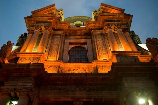 Faible angle de vue d'un bâtiment, iglesia del sagrario, centre historique, quito, équateur