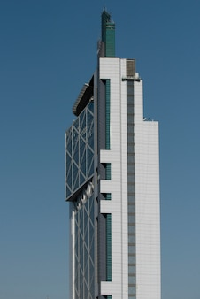 Faible angle de vue d'un bâtiment moderne, santiago, région métropolitaine de santiago, chili