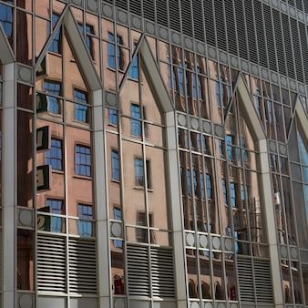 Faible angle de vue d'un bâtiment, montréal, québec, canada