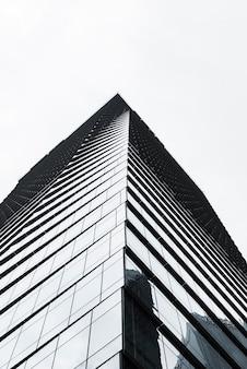Faible angle de vue bâtiment en niveaux de gris