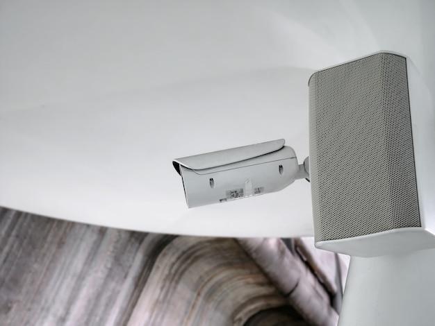 Faible angle de vue de la caméra de surveillance de sécurité blanche avec haut-parleur audio