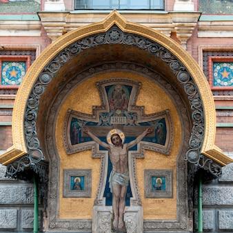 Faible angle de vue d'un crucifix sur le mur de l'église du sauveur sur le sang répandu, saint-pétersbourg, russie