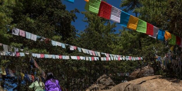 Faible angle de vue des drapeaux de prières au monastère de taktsang, paro, district de paro, vallée de paro, bhoutan