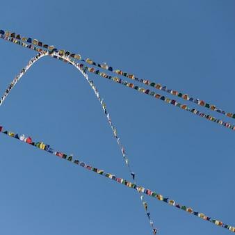 Faible angle de vue des drapeaux de prières, monastère de taktsang, paro, district de paro, vallée de paro, bhoutan