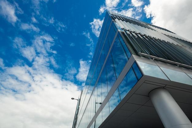 Faible angle de vue du bâtiment de bureaux