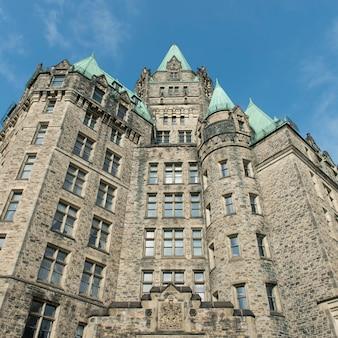 Faible angle de vue du bâtiment de la confédération et de la tour de la paix, colline du parlement, ottawa, ontario, canada
