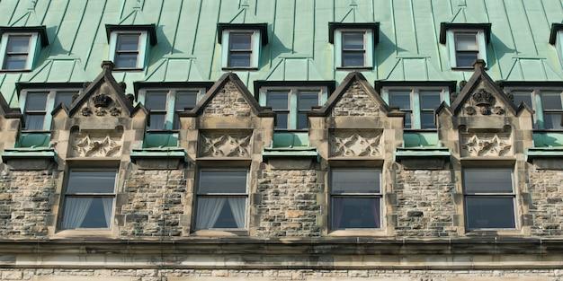 Faible angle de vue de l'édifice de la confédération, colline du parlement, ottawa, ontario, canada